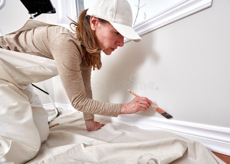 妇女绘画墙壁 库存照片