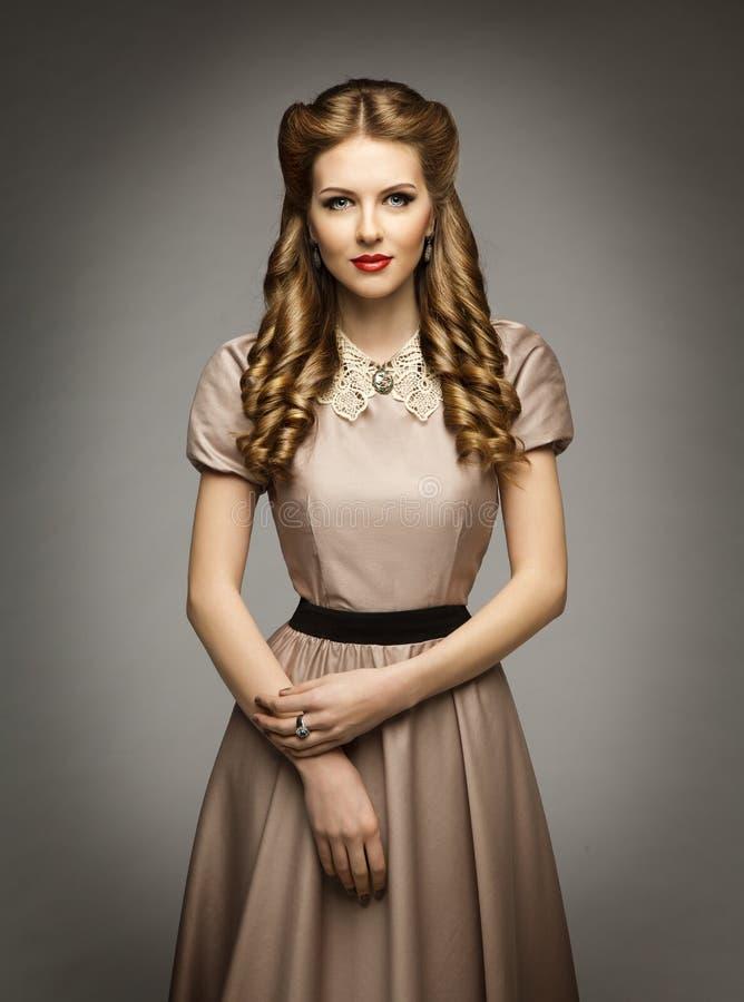 妇女维多利亚女王时代的历史年龄礼服,美好的卷曲发型 免版税库存照片