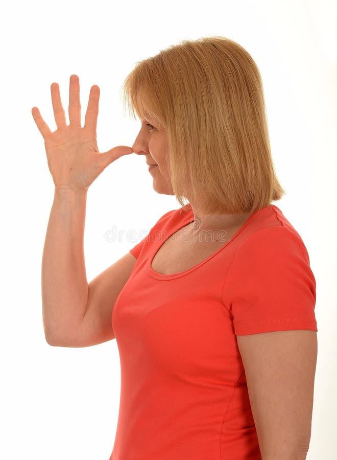 妇女鼻子故意怠慢姿态 免版税库存图片