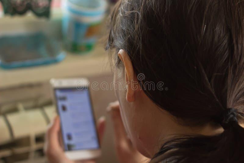 妇女从您的智能手机的检查消息 免版税库存图片