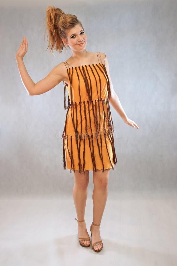 妇女以橙色和棕色成套装备时尚 免版税库存图片