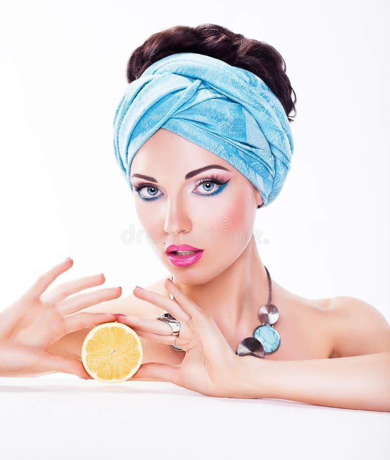 妇女-水多的果子-饮食和卡路里概念 库存照片