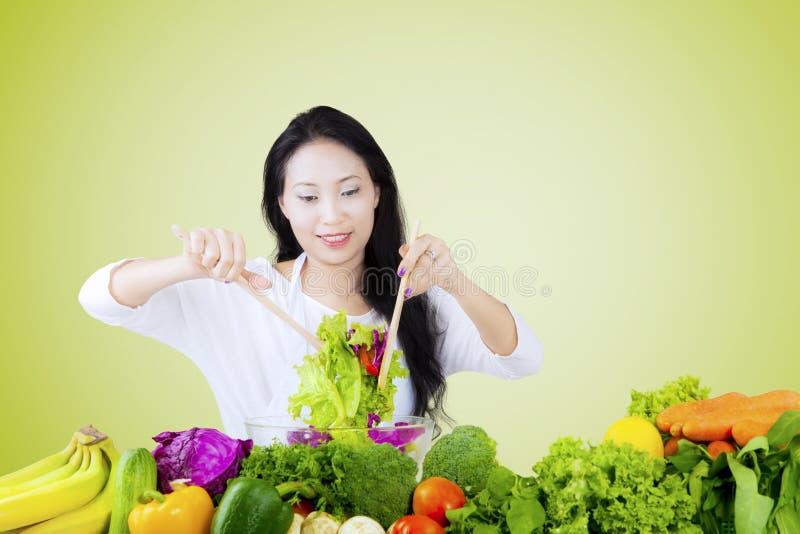 妇女活泼的菜沙拉 免版税库存图片