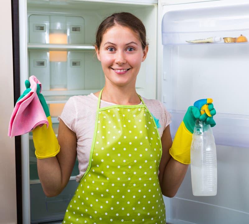 妇女洗涤的冰箱在家 库存照片