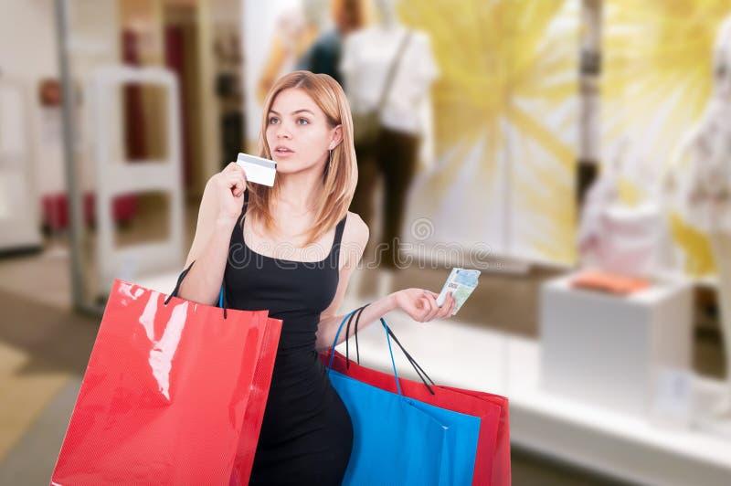 妇女购物和支付与转账卡 免版税库存照片