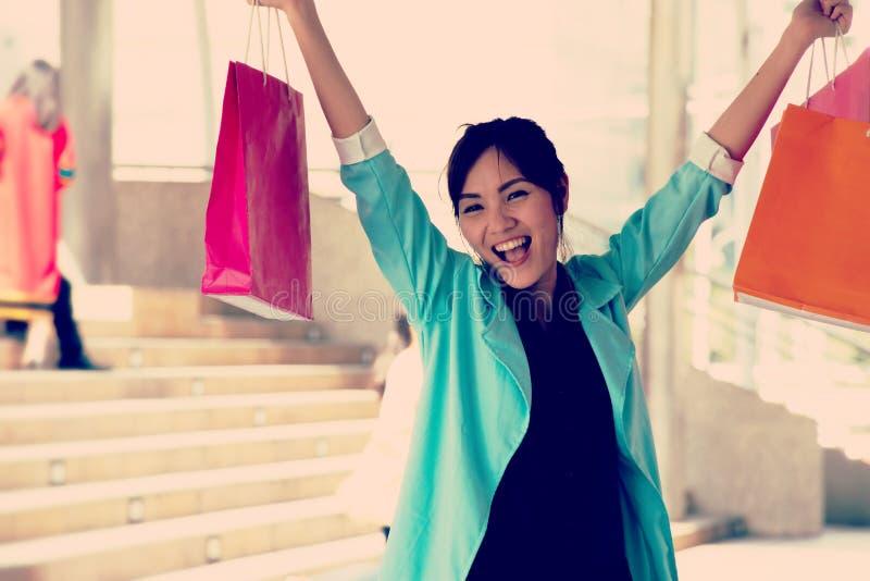 妇女去购物在城市 免版税库存图片