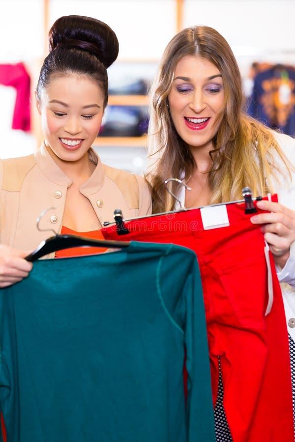 妇女购物衣裳在时尚商店 库存图片