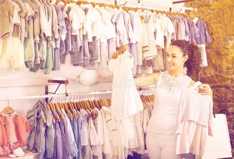妇女购物婴孩礼服 库存图片