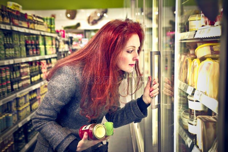 Download 妇女购物 库存照片. 图片 包括有 纵向, 采购, 白种人, 市场, 存储, 界面, 冷藏库, 开放, 微笑 - 30336008