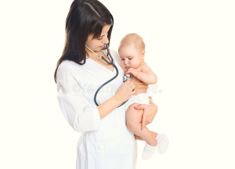 妇女医生听一个孩子的心脏白色背景的 库存照片