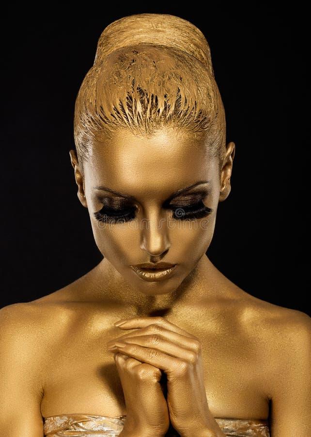 信仰。 被称呼的妇女用祈祷的手。 金黄构成 免版税库存照片