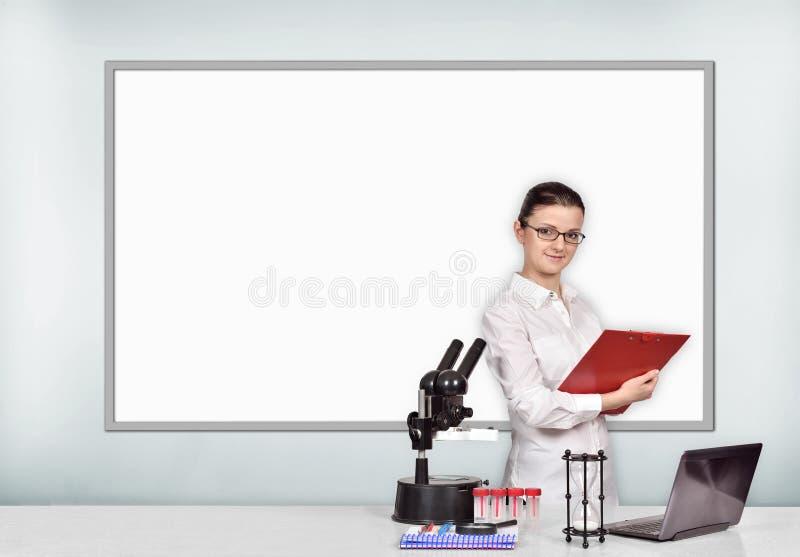 妇女医疗或科学研究员在实验室 免版税图库摄影