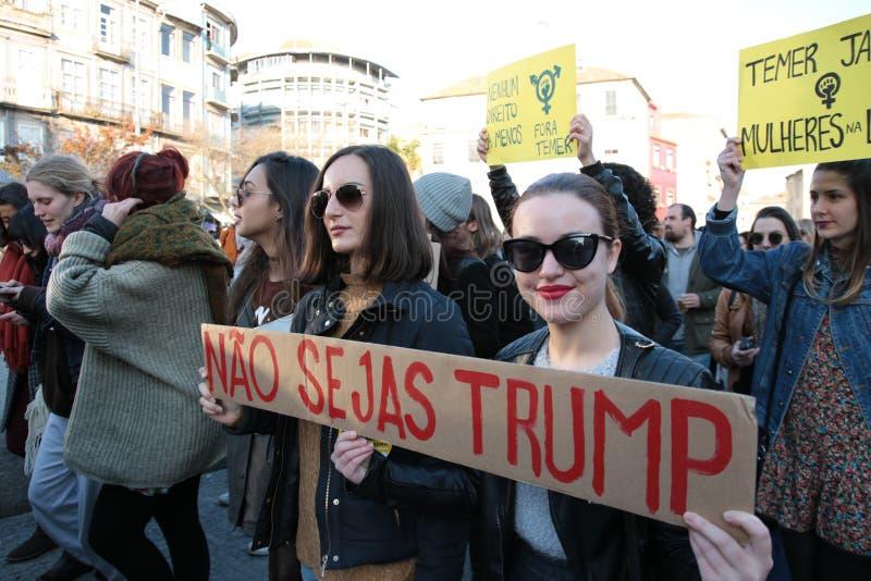 妇女`的s 3月抗议者在葡萄牙 图库摄影