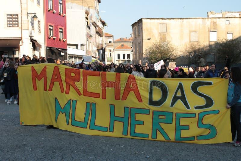 妇女`的s 3月抗议者在葡萄牙 库存照片