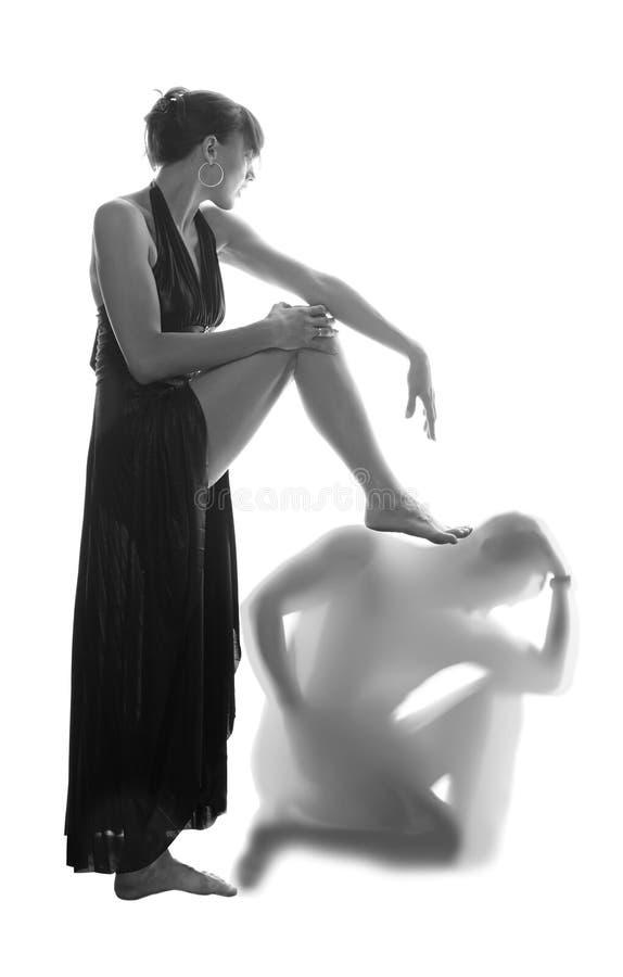 妇女击碎人鬼魂的脚剪影。 库存图片