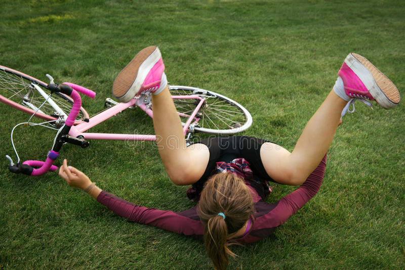 妇女从自行车跌倒 图库摄影