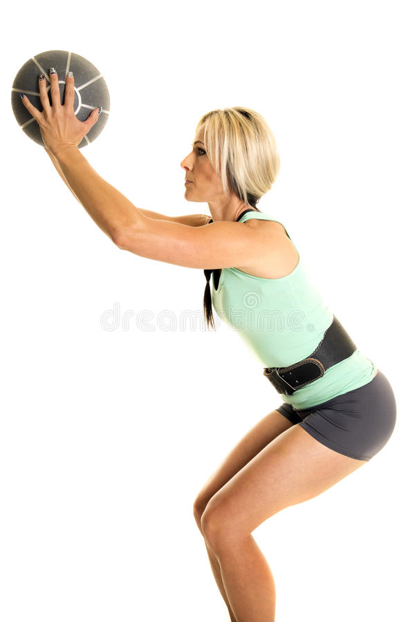 妇女绿色健身无袖衫边举行球 免版税图库摄影