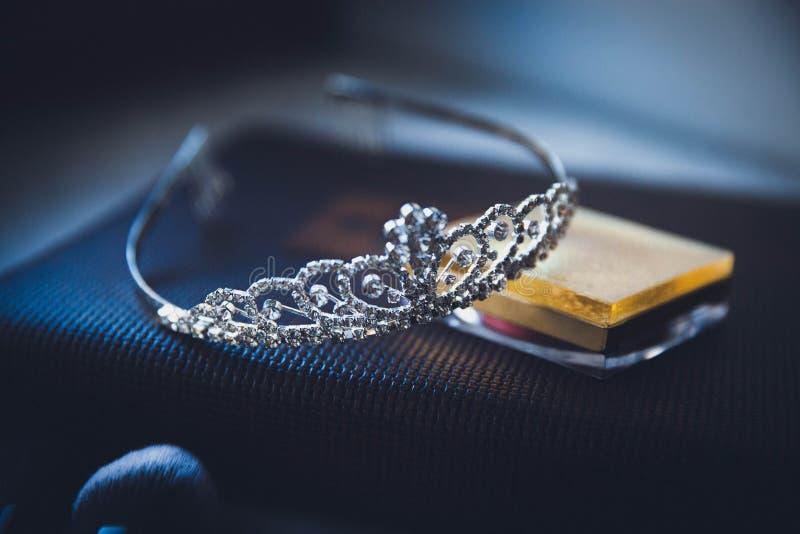 妇女说谎在桌上的` s冠状头饰 免版税库存照片