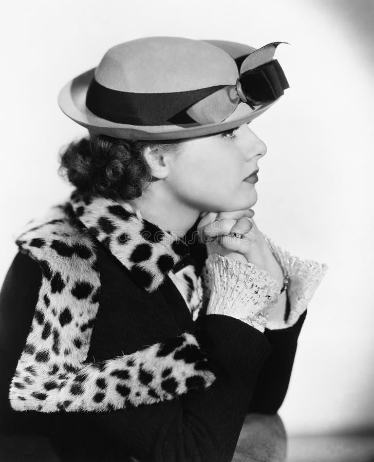妇女画象帽子的和外套(所有人被描述不更长生存,并且庄园不存在 供应商保单ther 库存照片