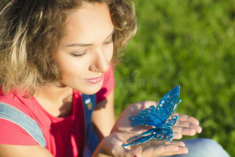 妇女画象是与圣诞节蝴蝶 免版税库存图片