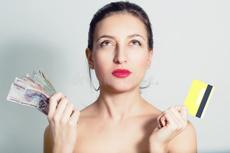 妇女画象有信用卡和现金的 免版税库存图片
