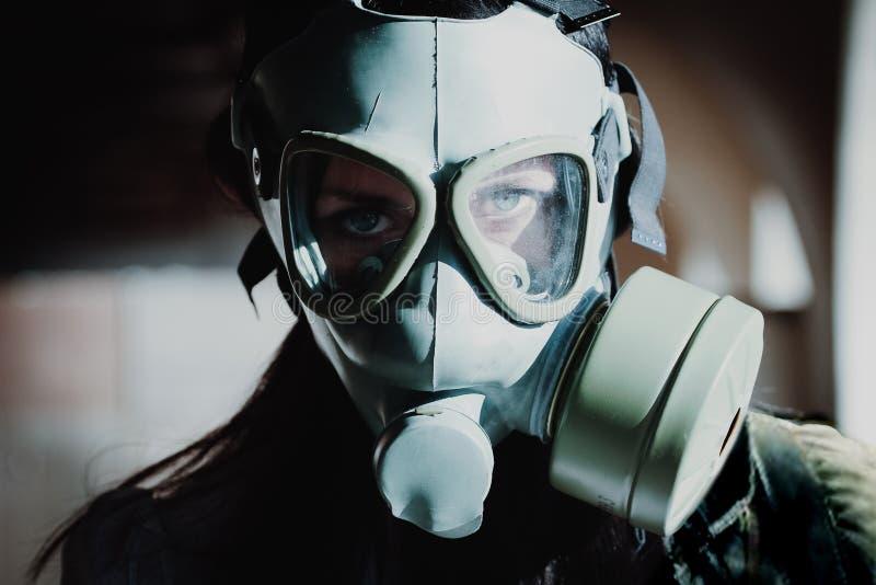 妇女画象有防毒面具的 库存照片
