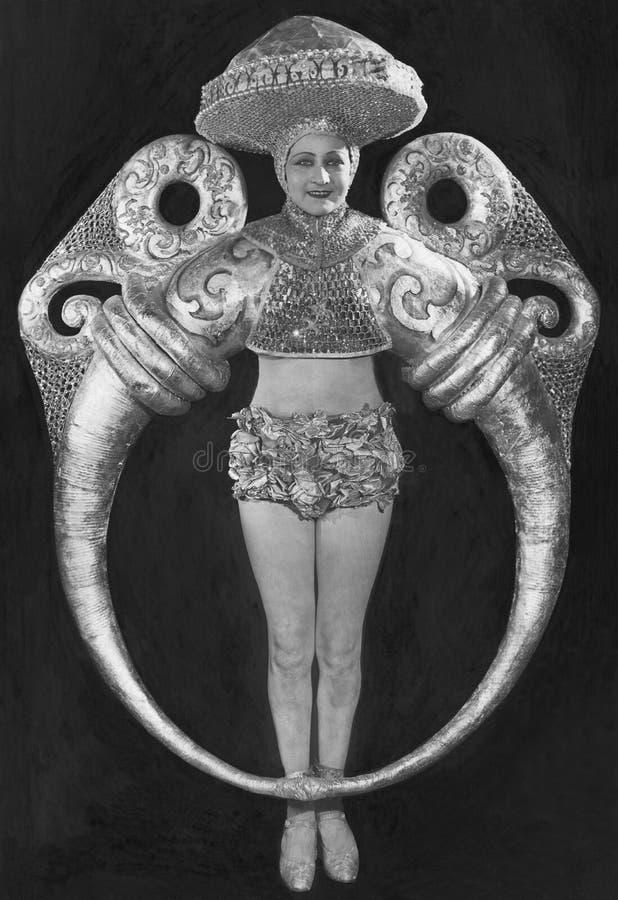 妇女画象精心制作的圆环服装的(所有人被描述不更长生存,并且庄园不存在 供应商保单 免版税库存照片