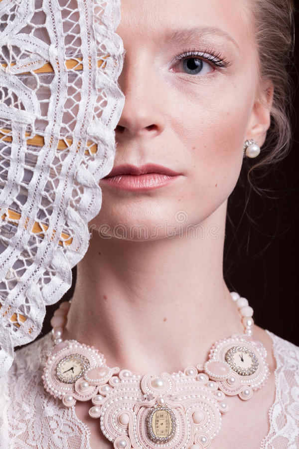 妇女画象葡萄酒维多利亚女王时代的礼服的有一个东方爱好者的 图库摄影