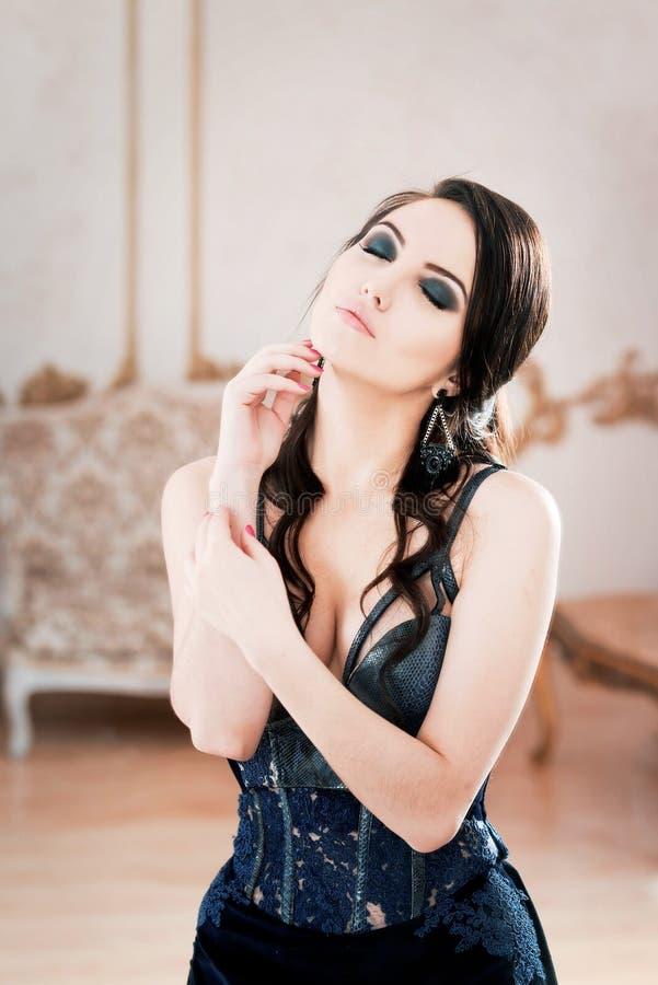 妇女画象长的鞋带深深蓝色礼服的 闭合的眼睛 库存图片