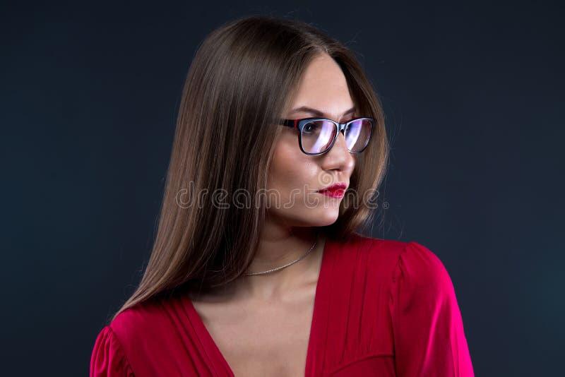 妇女画象玻璃的,看  免版税库存图片