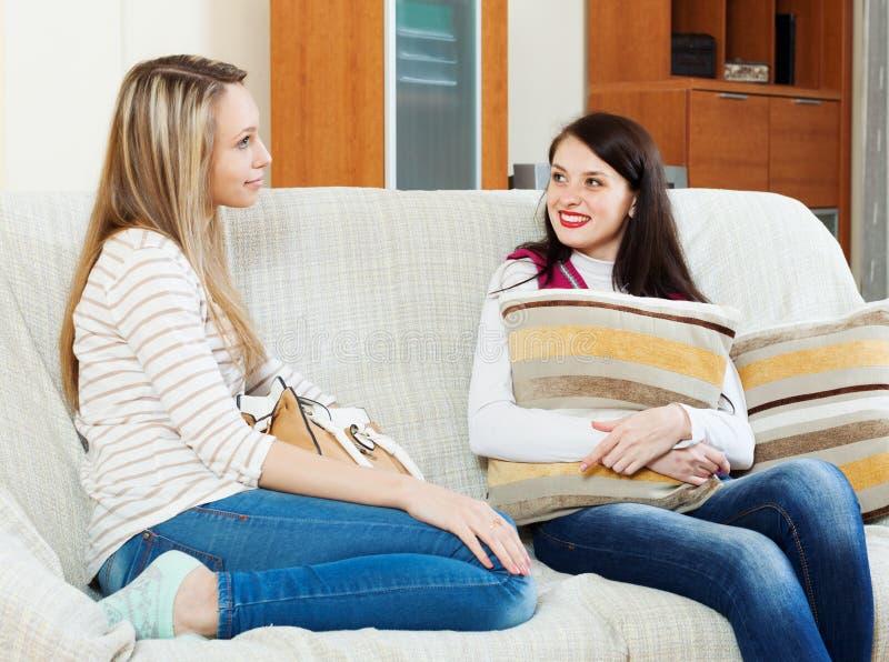 妇女说闲话在沙发 库存照片