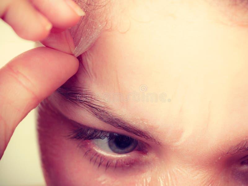 妇女去除面部剥落面具特写镜头 库存照片