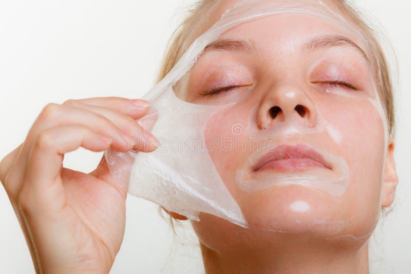妇女去除面部剥落面具 图库摄影