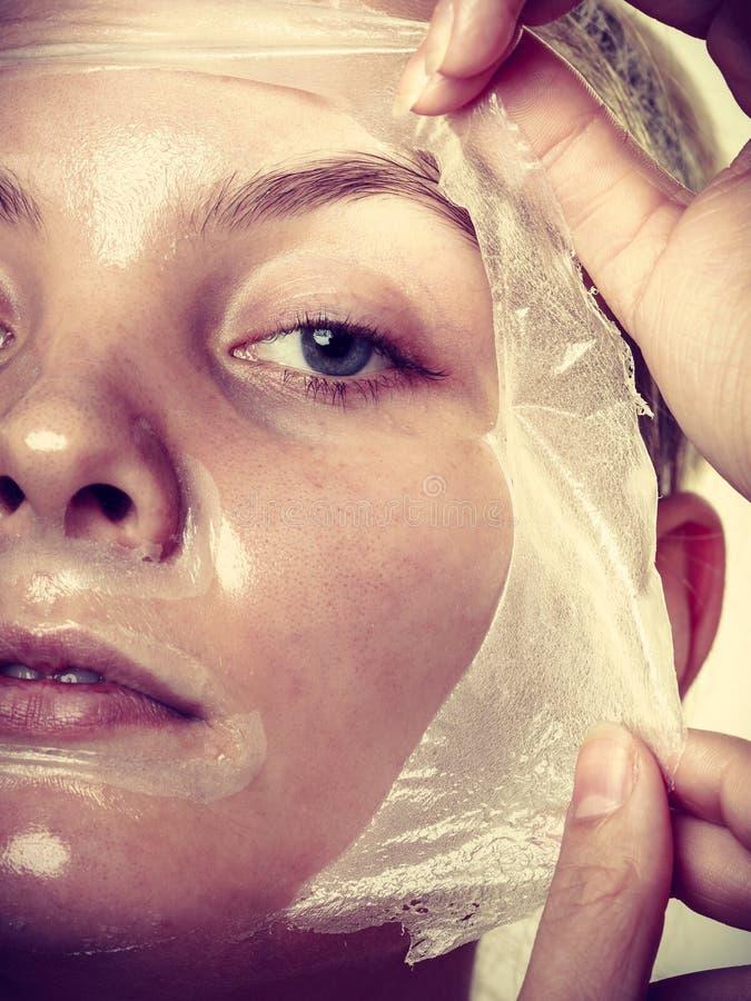 妇女去除面部剥落面具 库存图片