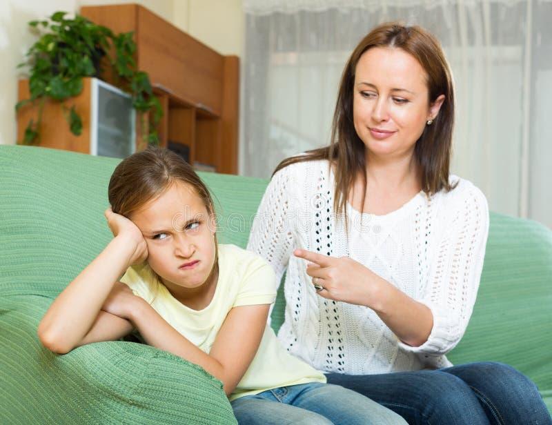 妇女责骂孩子 库存图片
