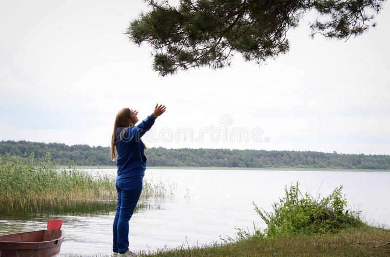 Download 妇女 库存照片. 图片 包括有 休闲, 自由, 游人, 远足者, 幸福, 旅行, 旅游业, 室外, 重新创建 - 72364380