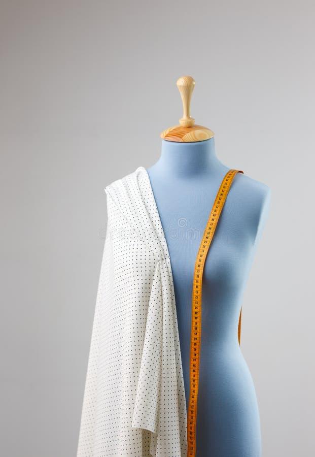 妇女` s与测量的磁带的衣物钝汉在裁缝演播室 免版税库存图片