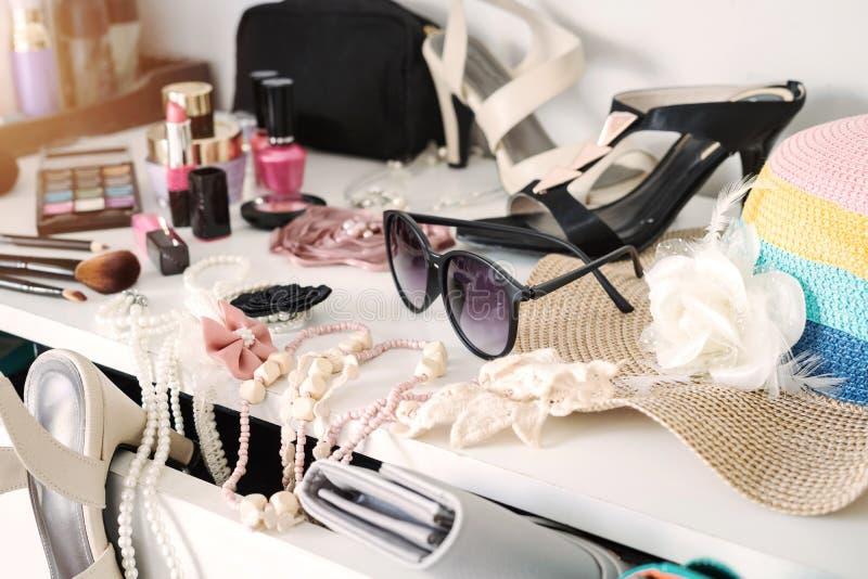 妇女` s与被设置的化妆用品的梳妆台 库存照片