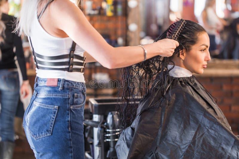 妇女` s发廊 温泉沙龙的美丽的深色的妇女 角质素恢复,新趋向,新主意,理发采摘, shorte 库存图片