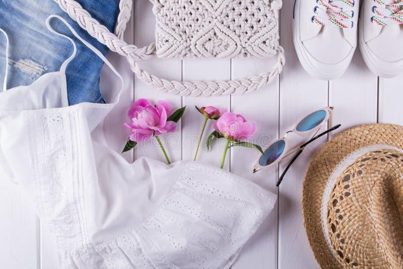 妇女` s夏天在白色,平的位置的衣裳和辅助部件拼贴画的汇集, 免版税库存照片