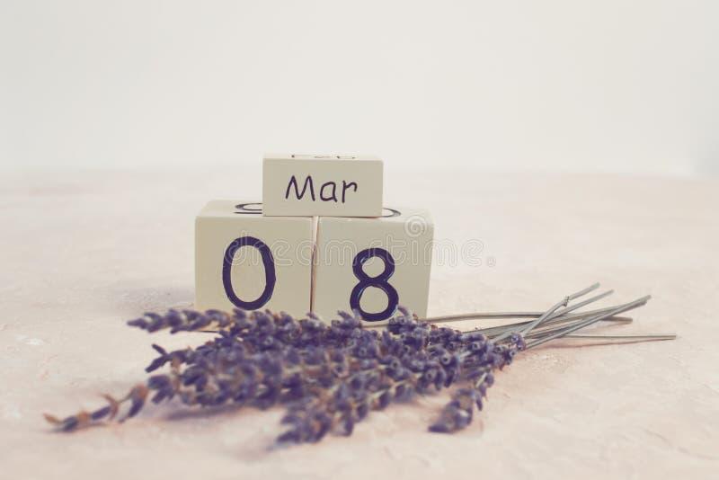 妇女` s天与木块日历的3月8日 日愉快的母亲s 花森林春天白色 免版税库存照片