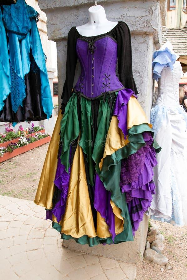 妇女` s新生穿戴并且穿礼服精品店 图库摄影