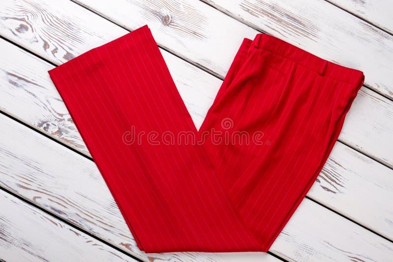 妇女` s红色偶然裤子 免版税库存图片
