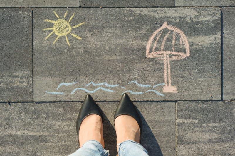 妇女` s腿和图画-海,海滩,休息顶视图  免版税库存照片