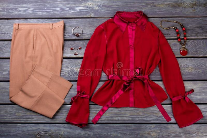 妇女` s褐色气喘和红色女衬衫 免版税库存图片
