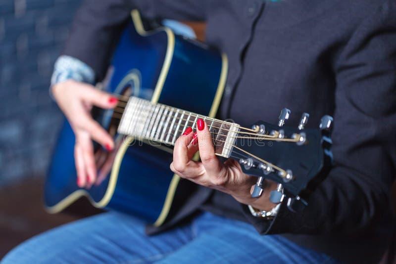 妇女` s递弹声学吉他,关闭  免版税库存图片