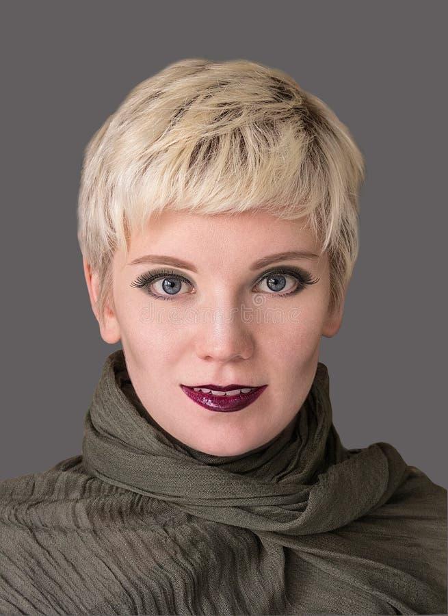 妇女` s画象金发碧眼的女人 时尚发型,构成在灰色树荫下 免版税库存图片