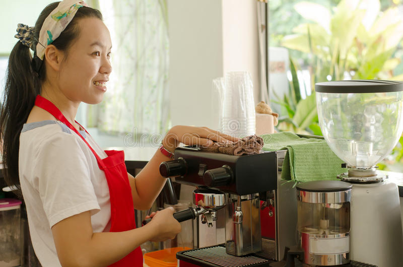 妇女barista 免版税库存图片