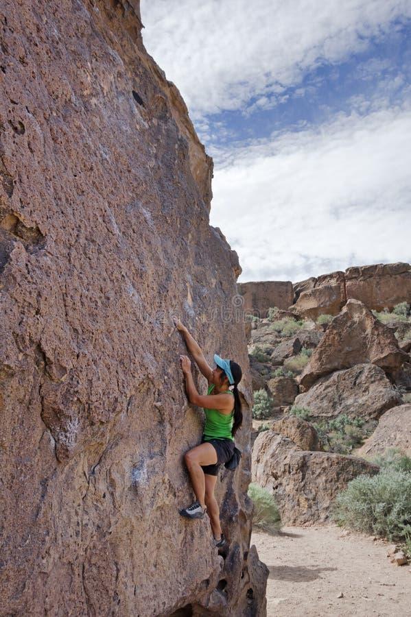 妇女Boulderer 免版税库存照片