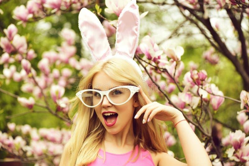妇女ith打开嘴、兔宝宝耳朵和滑稽的玻璃 库存图片